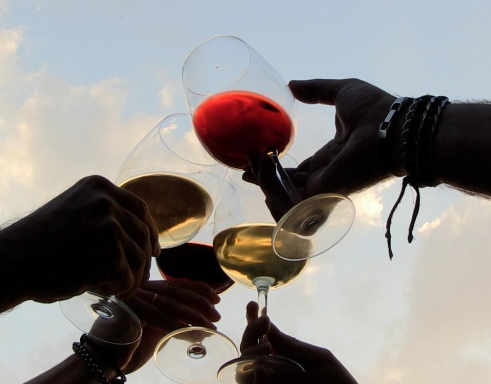 brindis copas vino enoturismo rutas del vino Ribeira Sacra