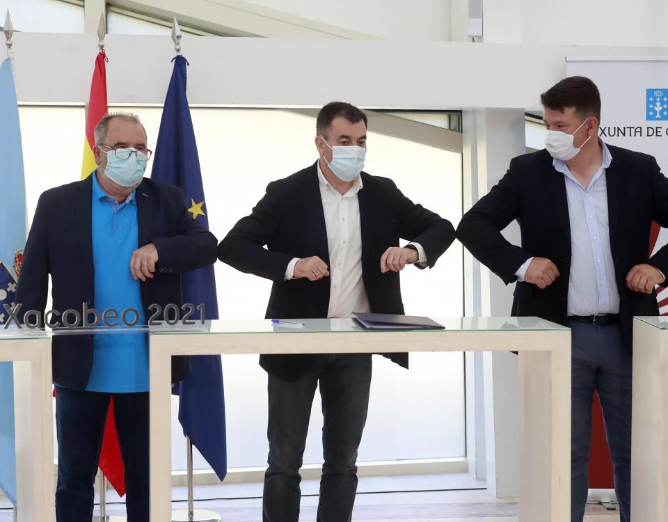 O conselleiro de Cultura e Turismo, Román Rodríguez, o presidente da Asociación de Axencias de Viaxe de Galicia (AGAVI), Juan Antonio Rivadulla, e o presidente da Asociación de Turoperadores Receptivos de Galicia (ATREGA), Jesús Francisco Ares, asinan un convenio de colaboración fronte aos efectos da covid-19.